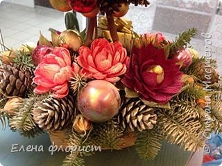 Новогодний топиарий из шишек,елочных игрушек,конфет фото 2
