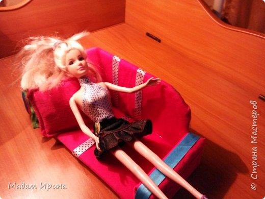 Всем привет!!!! Спасибо ,что решили заглянуть ко мне на страничку... Моя маленькая племяшка постоянно просит , чтобы я сделала ей что-нибудь из кукольной мебели... Долго не решалась, но сегодня рискнула попробовать!!!  Ну вот выставляю на ваш суд... Моя первая мебелюшка... Полный комплект: диван,подставка под ноги,пуфик,столик...а теперь каждый предмет поближе.   Поехали!!! фото 9