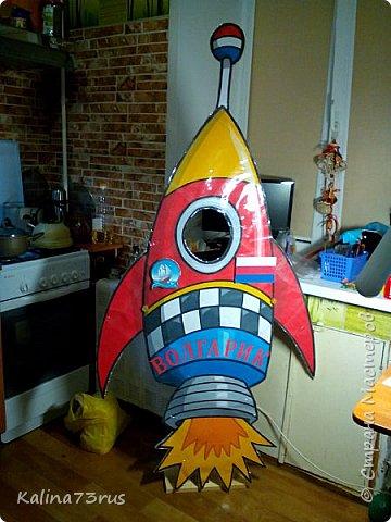 Добрый вечер! К Дню космонавтики подготовили в садик поделку. Фигуры из картона в детский рост для фотографирования. Пусть детки примеряются))). Кто знает, может кто-то из них станет в будущем космонавтом и полетит покорять Вселенную. фото 2