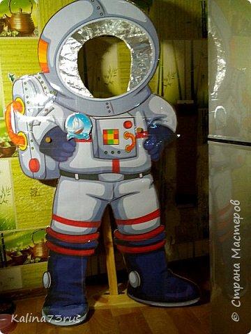 Добрый вечер! К Дню космонавтики подготовили в садик поделку. Фигуры из картона в детский рост для фотографирования. Пусть детки примеряются))). Кто знает, может кто-то из них станет в будущем космонавтом и полетит покорять Вселенную. фото 4