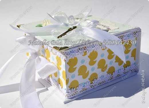 Привет,мастерицы!!!Хочу показать вам мою старую работу,еще с прошлого года.работ новых много,а времени выгрузить -все никак)) Очень мне понравилось делать мамины сокровища)))))))) Это сокровищница для девочки,общий размер 15,5*14,5*7 см маленькие коробочки 6*6*6 см Использовала дизайнерскую бумагу,ленты,металлические подвески.Цветочки-розочки делала сама)) фото 5