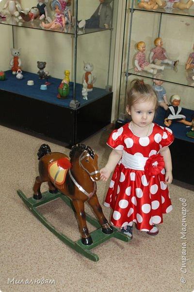 И так продолжаем экскурсию, но уже по музею.К сожалению года выпусков этих кукол я не знаю. При желании можно найти. Сейчас нет времени и очень лениво. Эти фото делала моя дочь. В ДК был ремонт, поэтом фото не совсем эстетичные, где смогли мало-мало пристроиться. фото 7