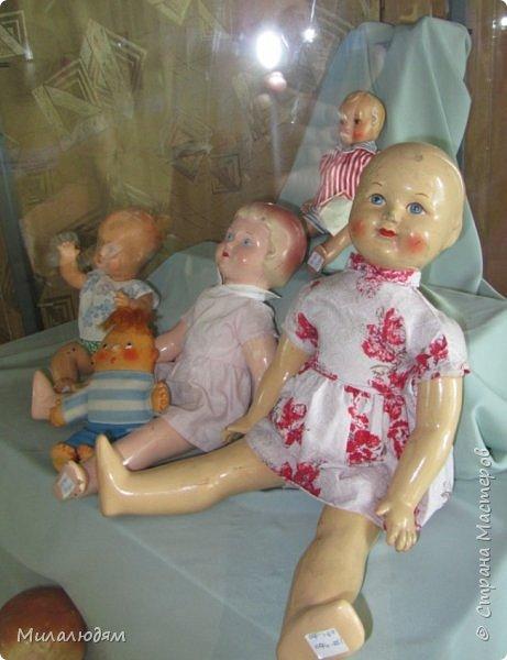 И так продолжаем экскурсию, но уже по музею.К сожалению года выпусков этих кукол я не знаю. При желании можно найти. Сейчас нет времени и очень лениво. Эти фото делала моя дочь. В ДК был ремонт, поэтом фото не совсем эстетичные, где смогли мало-мало пристроиться. фото 5