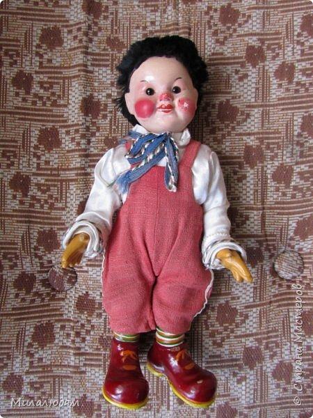 И так продолжаем экскурсию, но уже по музею.К сожалению года выпусков этих кукол я не знаю. При желании можно найти. Сейчас нет времени и очень лениво. Эти фото делала моя дочь. В ДК был ремонт, поэтом фото не совсем эстетичные, где смогли мало-мало пристроиться. фото 39