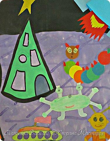 Несколько лет назад у нас в садике проходила выставка, посвященная Дню Космонавтики. Родители и дети подготовили различные поделки, в группе мы сделали стенгазету...    (Обнаружила недавно эти старые фото и решила поделиться:) Вдруг кому-то пригодится идея...)  фото 6
