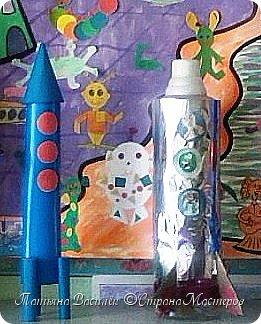 Несколько лет назад у нас в садике проходила выставка, посвященная Дню Космонавтики. Родители и дети подготовили различные поделки, в группе мы сделали стенгазету...    (Обнаружила недавно эти старые фото и решила поделиться:) Вдруг кому-то пригодится идея...)  фото 14