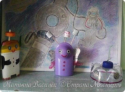 Несколько лет назад у нас в садике проходила выставка, посвященная Дню Космонавтики. Родители и дети подготовили различные поделки, в группе мы сделали стенгазету...    (Обнаружила недавно эти старые фото и решила поделиться:) Вдруг кому-то пригодится идея...)  фото 16