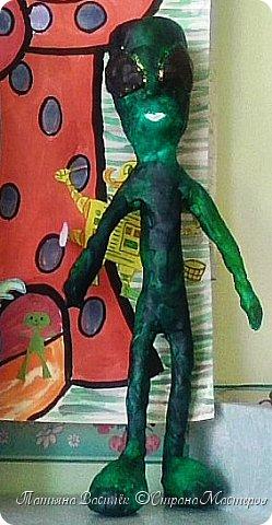 Несколько лет назад у нас в садике проходила выставка, посвященная Дню Космонавтики. Родители и дети подготовили различные поделки, в группе мы сделали стенгазету...    (Обнаружила недавно эти старые фото и решила поделиться:) Вдруг кому-то пригодится идея...)  фото 20