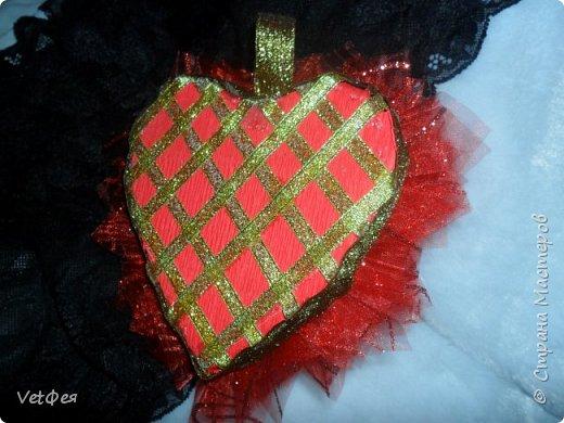 Приветствую вас Мастера и Мастерицы! Вот такую миниатюрку сотворила на день влюбленных. В основе сердце из пеноплекса, гофробумага, очень коротенькие фунтики из красной органзы, лента парча, и 1 конфетка ферреро роше фото 2