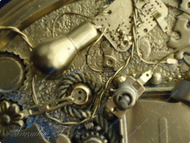 """Добрый день всем мастерам. Любовь к хлам-декору (читайте к Ленусе Пустячок), привело меня к маниакальной страсти.. собраны ключи и часы, различные крышечки и """"шишечки"""")))) чего только не накопилось в закромах, пришла пора творитьь и создавать... Фото много, критика приветствуется.. но любовь эту уже не омрачить ничем. Денежное дерево (спасибо Мариночке за МК)  http://stranamasterov.ru/node/578436   выполнено в технике Татьяны Сорокиной, огромное ей спасибо, жгутики катала моя 6-летняя дочка.. так это у нее ловко получаться стало... монетами снабдил меня мой брат.. где уж он достал такое количество-тайна, покрытая мраком. Но собственно ничего сложного.. единственное-не было у меня краски в баночке, чтобы тампоновать весь фон.. пришлось обойтись краской из баллончика.. но мне и такой вариант нравится безумно, рама нашлась в закромах, под нее и делалась картина, размеры 38х47см вместе с рамой.. фото 22"""