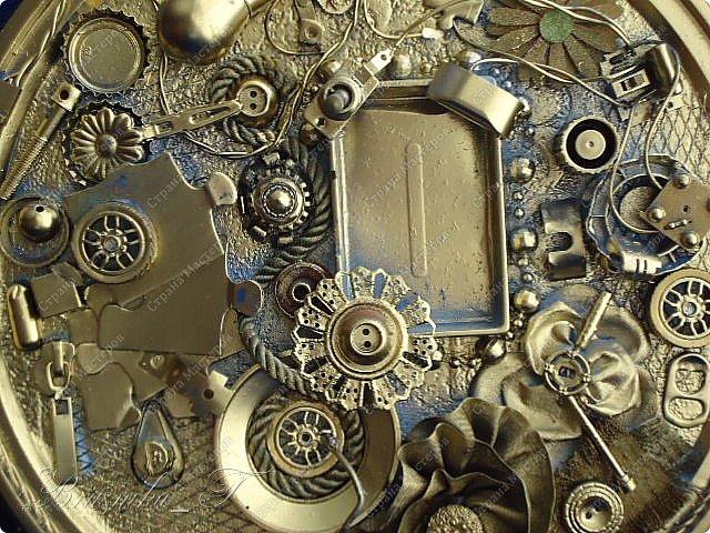 """Добрый день всем мастерам. Любовь к хлам-декору (читайте к Ленусе Пустячок), привело меня к маниакальной страсти.. собраны ключи и часы, различные крышечки и """"шишечки"""")))) чего только не накопилось в закромах, пришла пора творитьь и создавать... Фото много, критика приветствуется.. но любовь эту уже не омрачить ничем. Денежное дерево (спасибо Мариночке за МК)  http://stranamasterov.ru/node/578436   выполнено в технике Татьяны Сорокиной, огромное ей спасибо, жгутики катала моя 6-летняя дочка.. так это у нее ловко получаться стало... монетами снабдил меня мой брат.. где уж он достал такое количество-тайна, покрытая мраком. Но собственно ничего сложного.. единственное-не было у меня краски в баночке, чтобы тампоновать весь фон.. пришлось обойтись краской из баллончика.. но мне и такой вариант нравится безумно, рама нашлась в закромах, под нее и делалась картина, размеры 38х47см вместе с рамой.. фото 21"""