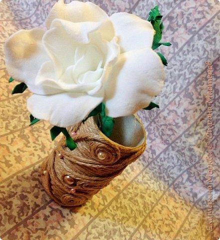 Доброго дня всем)) Вот такая вазочка у меня получилась из втулки от туалетной бумаги и нитки-шнура)) кружево и стразы, лента с вырубкой имитацией листиков для украшения)) фото 3