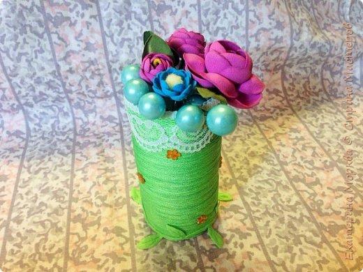 Доброго дня всем)) Вот такая вазочка у меня получилась из втулки от туалетной бумаги и нитки-шнура)) кружево и стразы, лента с вырубкой имитацией листиков для украшения)) фото 1
