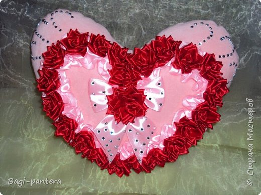 К празднику влюбленных, я решила попробовать согреть теплом мягких сердец. Смотрите что получилось. Диванная подушечка размером 30х30 см. На нее потрачено большего всего времени было. 23 розы - сделанные в ручную, кропотливая работа. фото 1