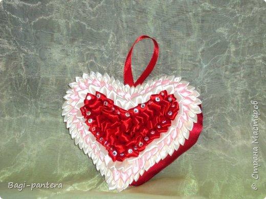 К празднику влюбленных, я решила попробовать согреть теплом мягких сердец. Смотрите что получилось. Диванная подушечка размером 30х30 см. На нее потрачено большего всего времени было. 23 розы - сделанные в ручную, кропотливая работа. фото 2