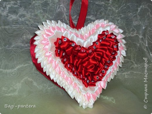 К празднику влюбленных, я решила попробовать согреть теплом мягких сердец. Смотрите что получилось. Диванная подушечка размером 30х30 см. На нее потрачено большего всего времени было. 23 розы - сделанные в ручную, кропотливая работа. фото 3