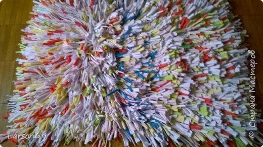 Сплела коврик из трикотажных обрезков-полосок.   http://shkolapola.ru/ustroystvo/vybiraem/1058-kovrik-na-pol-svoimi-rukami     http://otkroysunduk.ru/blog/43482967266/Uyutnyie-pufiki?-kovriki-i-podushki-iz-staryih-futbolok&tmd=1     фото 8