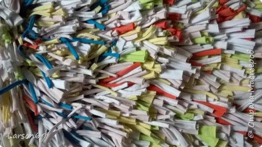 Сплела коврик из трикотажных обрезков-полосок.   http://shkolapola.ru/ustroystvo/vybiraem/1058-kovrik-na-pol-svoimi-rukami     http://otkroysunduk.ru/blog/43482967266/Uyutnyie-pufiki?-kovriki-i-podushki-iz-staryih-futbolok&tmd=1     фото 3