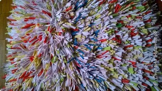 Сплела коврик из трикотажных обрезков-полосок.   http://shkolapola.ru/ustroystvo/vybiraem/1058-kovrik-na-pol-svoimi-rukami     http://otkroysunduk.ru/blog/43482967266/Uyutnyie-pufiki?-kovriki-i-podushki-iz-staryih-futbolok&tmd=1     фото 1