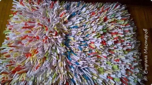 Сплела коврик из трикотажных обрезков-полосок.   http://shkolapola.ru/ustroystvo/vybiraem/1058-kovrik-na-pol-svoimi-rukami     http://otkroysunduk.ru/blog/43482967266/Uyutnyie-pufiki?-kovriki-i-podushki-iz-staryih-futbolok&tmd=1     фото 7