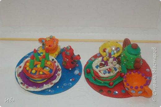 С начало обмазывали диск, затем лепили торт , украшали его кремом, внутри будто у нас тоже крем. Много фантазировали вслух, о вкусе каждого торта. Лепили кухонную посуду, всё у нас украшено, ведь у нас праздничный стол . Ваза с цветами для праздничного антуражу. фото 10
