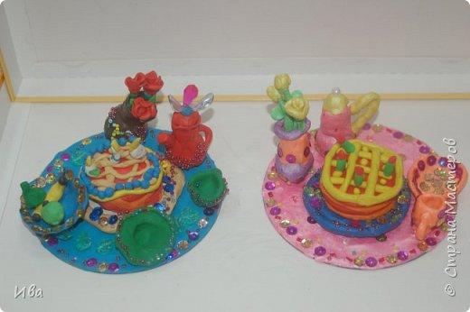 С начало обмазывали диск, затем лепили торт , украшали его кремом, внутри будто у нас тоже крем. Много фантазировали вслух, о вкусе каждого торта. Лепили кухонную посуду, всё у нас украшено, ведь у нас праздничный стол . Ваза с цветами для праздничного антуражу. фото 9