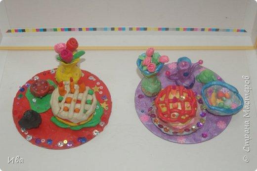 С начало обмазывали диск, затем лепили торт , украшали его кремом, внутри будто у нас тоже крем. Много фантазировали вслух, о вкусе каждого торта. Лепили кухонную посуду, всё у нас украшено, ведь у нас праздничный стол . Ваза с цветами для праздничного антуражу. фото 8