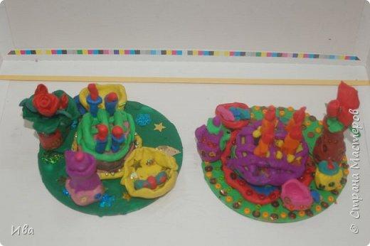 С начало обмазывали диск, затем лепили торт , украшали его кремом, внутри будто у нас тоже крем. Много фантазировали вслух, о вкусе каждого торта. Лепили кухонную посуду, всё у нас украшено, ведь у нас праздничный стол . Ваза с цветами для праздничного антуражу. фото 7