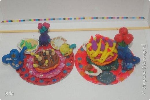 С начало обмазывали диск, затем лепили торт , украшали его кремом, внутри будто у нас тоже крем. Много фантазировали вслух, о вкусе каждого торта. Лепили кухонную посуду, всё у нас украшено, ведь у нас праздничный стол . Ваза с цветами для праздничного антуражу. фото 6