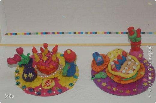 С начало обмазывали диск, затем лепили торт , украшали его кремом, внутри будто у нас тоже крем. Много фантазировали вслух, о вкусе каждого торта. Лепили кухонную посуду, всё у нас украшено, ведь у нас праздничный стол . Ваза с цветами для праздничного антуражу. фото 5