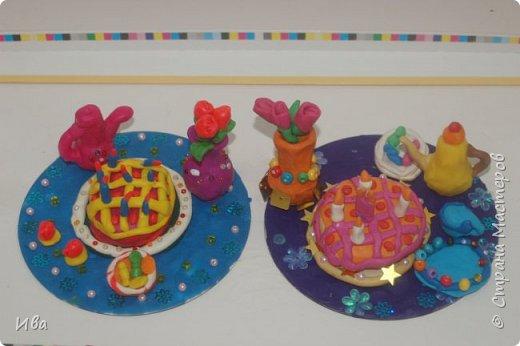 С начало обмазывали диск, затем лепили торт , украшали его кремом, внутри будто у нас тоже крем. Много фантазировали вслух, о вкусе каждого торта. Лепили кухонную посуду, всё у нас украшено, ведь у нас праздничный стол . Ваза с цветами для праздничного антуражу. фото 1