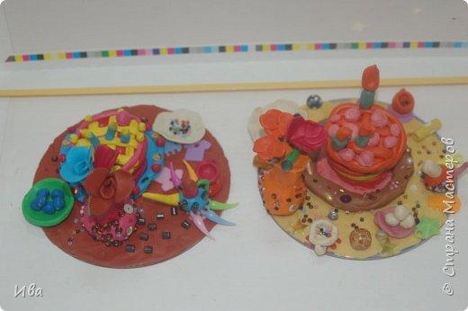 С начало обмазывали диск, затем лепили торт , украшали его кремом, внутри будто у нас тоже крем. Много фантазировали вслух, о вкусе каждого торта. Лепили кухонную посуду, всё у нас украшено, ведь у нас праздничный стол . Ваза с цветами для праздничного антуражу. фото 2