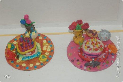 С начало обмазывали диск, затем лепили торт , украшали его кремом, внутри будто у нас тоже крем. Много фантазировали вслух, о вкусе каждого торта. Лепили кухонную посуду, всё у нас украшено, ведь у нас праздничный стол . Ваза с цветами для праздничного антуражу. фото 3