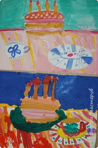 С начало обмазывали диск, затем лепили торт , украшали его кремом, внутри будто у нас тоже крем. Много фантазировали вслух, о вкусе каждого торта. Лепили кухонную посуду, всё у нас украшено, ведь у нас праздничный стол . Ваза с цветами для праздничного антуражу. фото 14