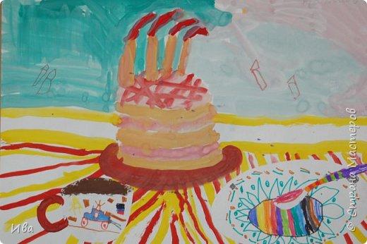 С начало обмазывали диск, затем лепили торт , украшали его кремом, внутри будто у нас тоже крем. Много фантазировали вслух, о вкусе каждого торта. Лепили кухонную посуду, всё у нас украшено, ведь у нас праздничный стол . Ваза с цветами для праздничного антуражу. фото 16