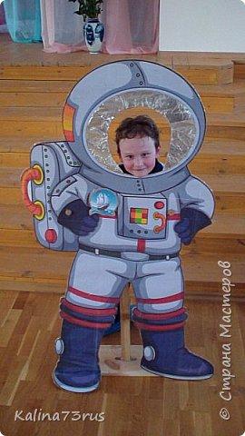Добрый вечер! К Дню космонавтики подготовили в садик поделку. Фигуры из картона в детский рост для фотографирования. Пусть детки примеряются))). Кто знает, может кто-то из них станет в будущем космонавтом и полетит покорять Вселенную. фото 6