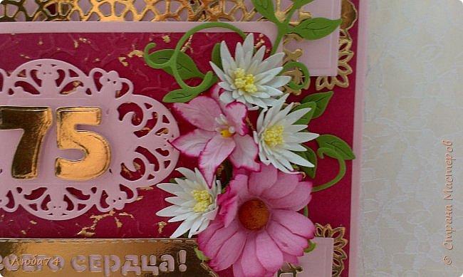 Всем доброго дня! Сегодня у меня открытка  и подарок для любимой тети моего мужа. Ей исполнилось 75 лет, очень хороший и почетный возраст. Открытка исполнена в розово-бордовом и золотом цвете, золочении, тиснении, вырубке, украшена цветами ручной работы кроме ромашки. Размер открытки 20 х15 см, выполнен из розового перламутрового дизайнерского картона плотностью 290 гр/м2, золотого картона, бумаги для пастели бордового цвета. фото 3