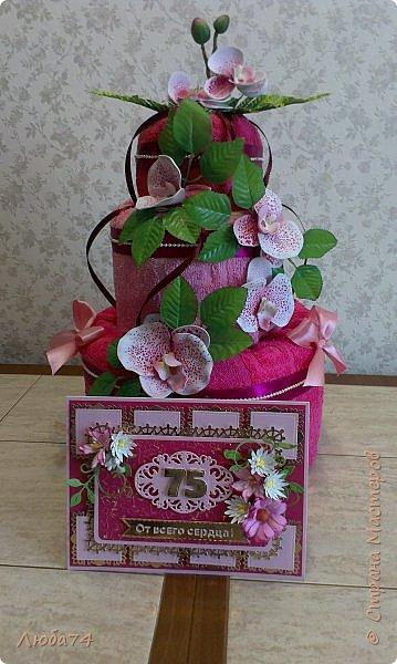 Всем доброго дня! Сегодня у меня открытка  и подарок для любимой тети моего мужа. Ей исполнилось 75 лет, очень хороший и почетный возраст. Открытка исполнена в розово-бордовом и золотом цвете, золочении, тиснении, вырубке, украшена цветами ручной работы кроме ромашки. Размер открытки 20 х15 см, выполнен из розового перламутрового дизайнерского картона плотностью 290 гр/м2, золотого картона, бумаги для пастели бордового цвета. фото 21