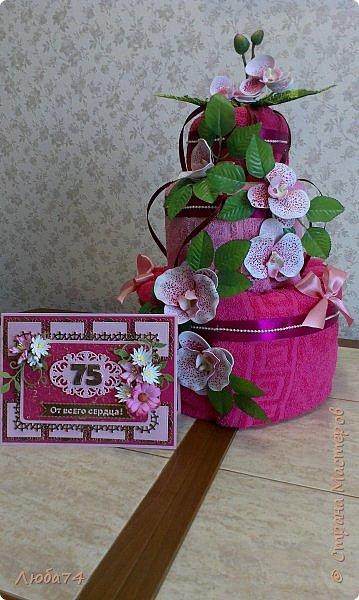 Всем доброго дня! Сегодня у меня открытка  и подарок для любимой тети моего мужа. Ей исполнилось 75 лет, очень хороший и почетный возраст. Открытка исполнена в розово-бордовом и золотом цвете, золочении, тиснении, вырубке, украшена цветами ручной работы кроме ромашки. Размер открытки 20 х15 см, выполнен из розового перламутрового дизайнерского картона плотностью 290 гр/м2, золотого картона, бумаги для пастели бордового цвета. фото 23