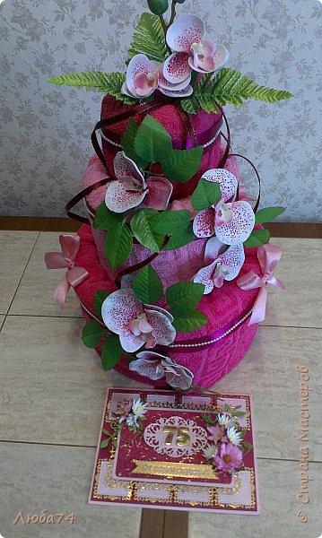 Всем доброго дня! Сегодня у меня открытка  и подарок для любимой тети моего мужа. Ей исполнилось 75 лет, очень хороший и почетный возраст. Открытка исполнена в розово-бордовом и золотом цвете, золочении, тиснении, вырубке, украшена цветами ручной работы кроме ромашки. Размер открытки 20 х15 см, выполнен из розового перламутрового дизайнерского картона плотностью 290 гр/м2, золотого картона, бумаги для пастели бордового цвета. фото 24