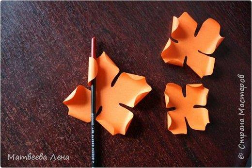 Для открыточки понадобятся совсем  немного времени, и недорогие, доступные всем материалы: двухсторонний картон, формат А4, двухсторонняя цветная бумага, белая бумага для принтера, клей, кисть, фигурный дырокол (желательно, не обязательно) , ножницы простые и  фигурные, ПК, принтер, золотая или гуашевая краска, кофе.  фото 7