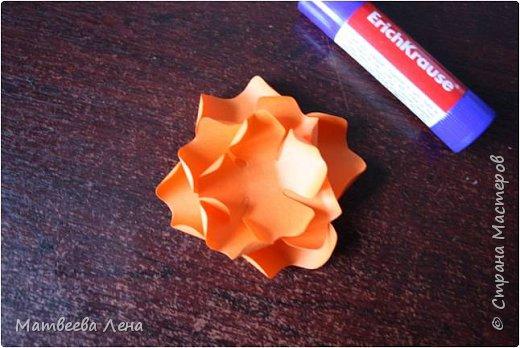 Для открыточки понадобятся совсем  немного времени, и недорогие, доступные всем материалы: двухсторонний картон, формат А4, двухсторонняя цветная бумага, белая бумага для принтера, клей, кисть, фигурный дырокол (желательно, не обязательно) , ножницы простые и  фигурные, ПК, принтер, золотая или гуашевая краска, кофе.  фото 8