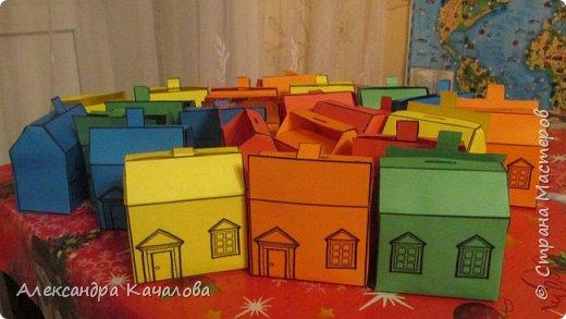 26 марта старшей дочке Танюше исполнилось 10 лет. И вот в таких домиках отнесли в лицей угощение. фото 1