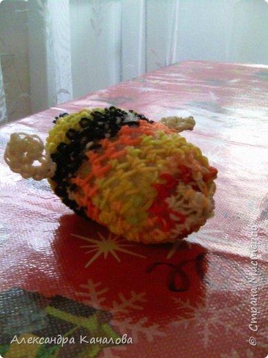 Здравствуйте. Вот такую пчелку сплела из резиночку вторая дочка, которой семь лет. фото 5