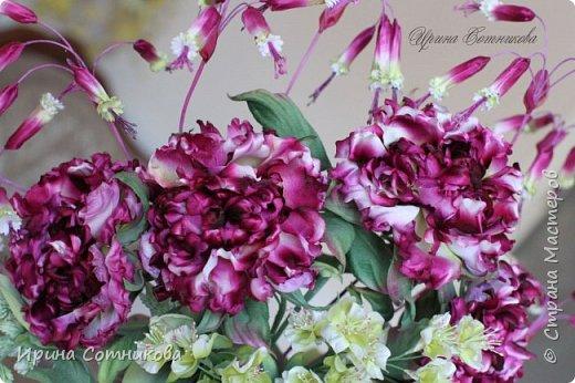 """Родился очередной букет """" Лесная Фея"""". Главное место занимают розы, их дополняют мелкие колокольчики- дихелостемма...и на листья монстеры плавно свисают декоративные ветки цветов, которые придают букету пышность. фото 3"""