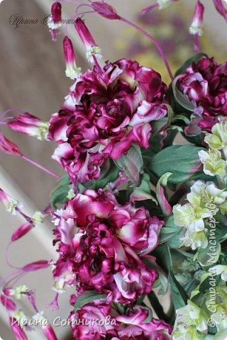 """Родился очередной букет """" Лесная Фея"""". Главное место занимают розы, их дополняют мелкие колокольчики- дихелостемма...и на листья монстеры плавно свисают декоративные ветки цветов, которые придают букету пышность. фото 4"""