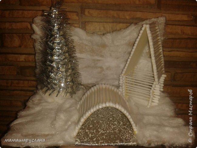 Зимний пейзаж Основа -картон, оклеенный ватой.  Ватные палочки-мост и домик.