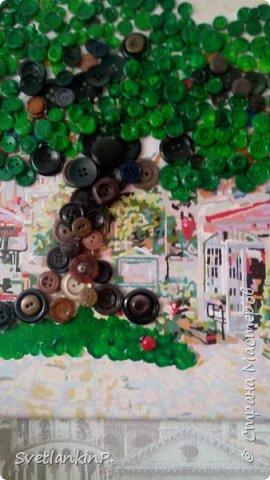Была у меня картина-разукрашка по номерам...очень мелких деталей было,а потому затянулось раскрашивание на год...а потом и краски высохли...Картина была закончена только на 75%, чтобы не выкидывать полотно- пришла идея с деревом из пуговиц. Крона дерева как-раз закрывает не закрашенное пространство. фото 2