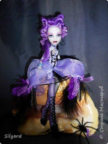 По заданию в конкурсе надо было выбрать одну из работ Николь и адаптировать ее под кукол Монстер Хай и Эвер Афтер Хай.  По сколько у  Николь Вест большинство  работ хмм , не особо одеты, искался  образ наиболее оснащенный костюмом.  фото 5
