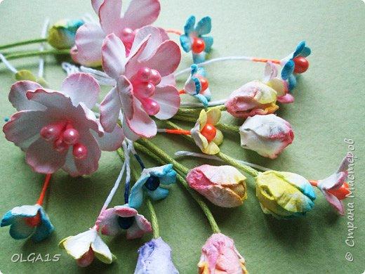Добрый вечер, дорогие мастера и мастерицы! Хочу поделиться с вами этапами изготовлением мелких  бумажных цветов.  Мы сделаем три вида цветов: маленькие тюльпаны, белые цветы и простые мелкие цветочки. На этом фото - белые цветы и тюльпаны.  фото 48